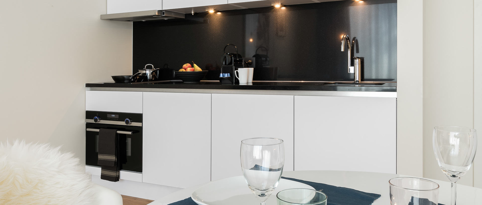 Kitchenette and table in PREMIER SUITES PLUS Antwerp
